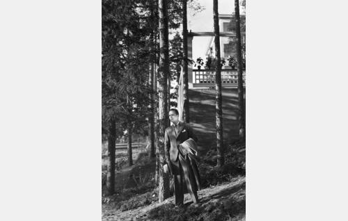 Kuvausten alkupuolella miespääosaa näytteli Aarne Leppänen. Tehtävään kiinnitettiin kuitenkin lopulta Kaarlo Angerkoski.