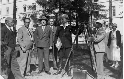 Kuvausryhmä valmistautuu parantolajaksojen kuvaamiseen. Vasemmalla tunnistamaton, lavastaja Carl Fager, tunnistamaton, toinen ohjaaja ja tuottaja Risto Nylund (Orko), ohjaaja-tuottaja Erkki Karu ja kuvaaja Eino Kari. Hoitajattaret ovat tunnistamattomia.