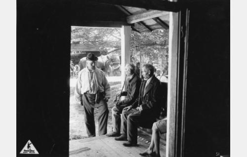 """Loppi, Hunsala, Seppälän talo. Henkilöt vasemmalta """"Mikko Vilkastuksen isä"""", Adolf Lintunen ja Juho Seppälä"""