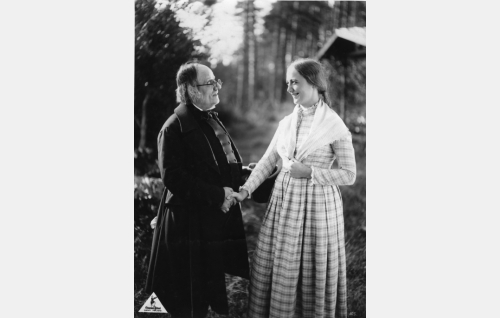 Sepeteus, pitäjän kunnianarvoisa kanttori (Adolf Lindfors) ja Järvelän Jaana (Heidi Korhonen). Kuvauspaikkana on Palmukreenskan mökin piha Lopen Pilpalassa.