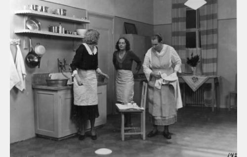 Poikamiesten keittiössä Aili (Kaisu Leppänen), Helvi (Birgit Kronström) ja Manta (Mimmi Lähteenoja).