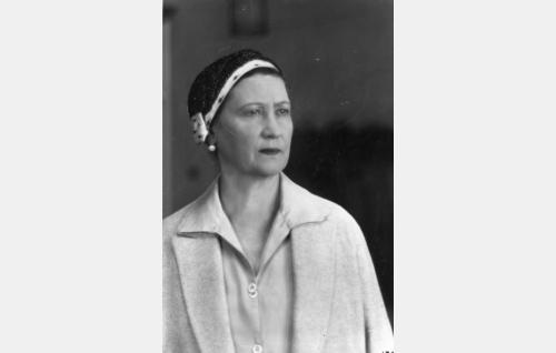 Helvin äiti, rouva Sanni Heinonen (Agnes Lindh).
