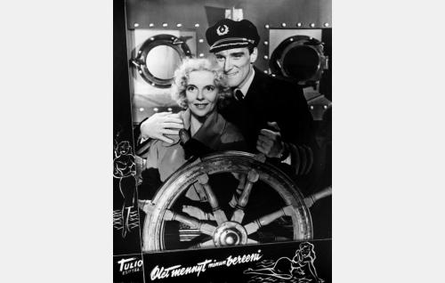 Rea (Regina Linnanheimo) ja hänen miehensä merikapteeni Erkki (Åke Lindman).
