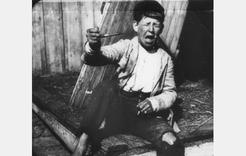 Olli (Alfred Idström) on yrittänyt vetää henkisavut Ränni Pellen piipusta.