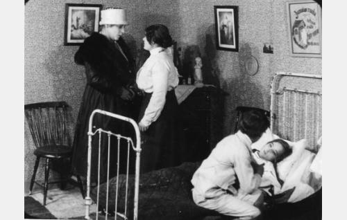 Elokuvan loppukohtaus: Ollin äiti (Ertta Virtamo, vas.), Hillevin täti (tunnistamaton), Olli (Alfred Idström) ja vuoteessa makaava sairas Hillevi (Esteri Henriksson).