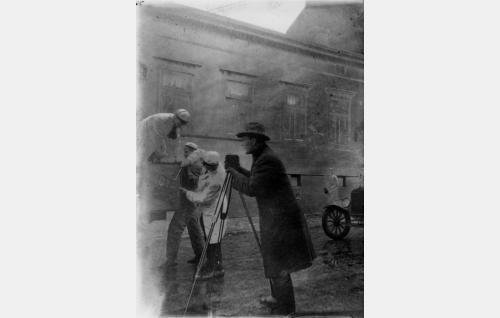 Aarne Leppänen esitti elokuvassa sekä Olympoon Hermes-jumalaa että Kinamo-kamerallaan tapahtumia dokumentoivaa filmivalokuvaaja Leppästä.