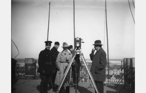 Kuvausryhmä pääpaloaseman tornissa Helsingin Korkeavuorenkadulla. Vaaleatakkinen mies on kuvaaja Kurt Jäger, oikealla seisoo apulaisohjaaja Carl Fager. Kamera on saksalainen Ernemann.
