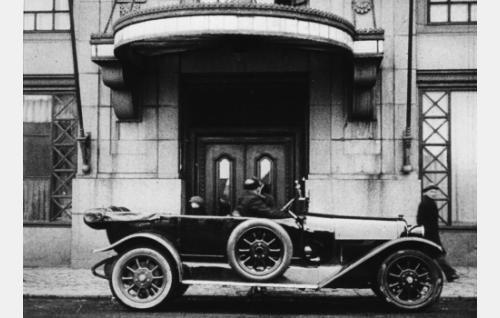 Pirssiauto on kuljettanut Afroditen ja Hermeksen hotelli Seurahuoneelle.