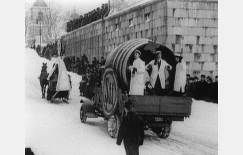 Teekkarien reklaamikulkue Pariisin olympiajoukkueen matkakassan kartuttamiseksi Helsingin Unioninkadulla laskiaissunnuntaina 1924.