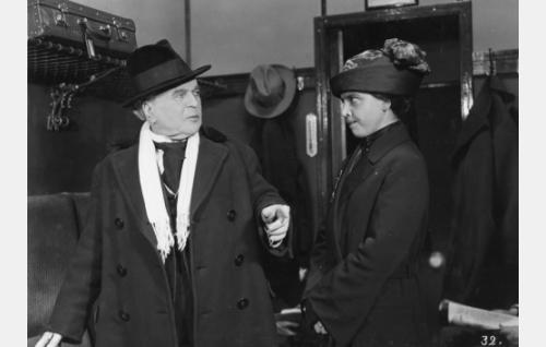 """rovasti Benjamin Jaakkola, """"Ben"""" (Hemmo Kallio), viiksekäs nainen junassa (Henny Waljus)"""
