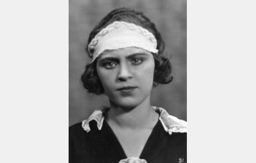 Ekströmien palvelijatar (Birgit Nuotio). Rooli oli Nuotion ensimmäinen.