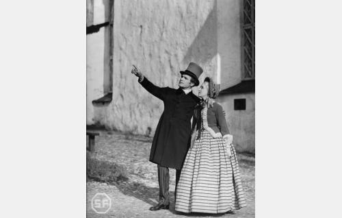 Johan Ludvig Runeberg (Eino Kaipainen) ja Emilie Björkstén (Ansa Ikonen).