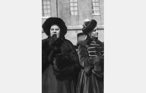 Malla (Siiri Angerkoski) ja Emilie (Ansa Ikonen).