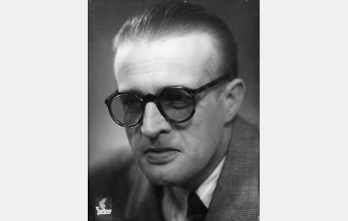 """Vakoilupäällikkö J. Rosenberg, """"Pupsik"""" (Ensio Jouko)."""
