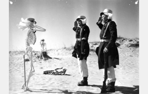 Muukalaislegioonan soturit kersantti Nielsen (Jussi Jurkka) ja Tom Smith (Lasse Pöysti) tervehtivät aavikolle uupuneita tovereitaan.