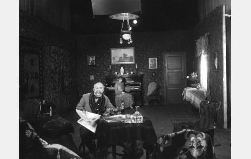 Emmi ja Eino Jurkka esiintyivät elokuvaan liitetyssä Anton Tšehovin Kosinta-sovituksessa.