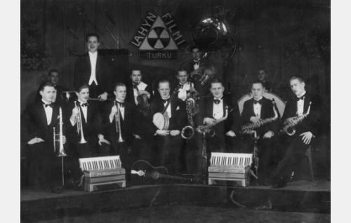 12-henkinen Lahyn-orkesteri, johtajanaan Tapio Ilomäki.
