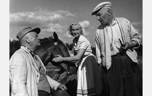 Savelan Eetu (Aku Korhonen), Sillankorvan Johanna (Elina Pohjanpää) ja Tapani-setä (Eero Leväluoma).
