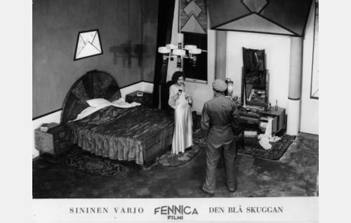 Uhkarohkea murtovaras (Theodor Tugai) on tunkeutunut Raila Tuulon (Bigi Nuotio) huoneeseen. Elokuvan lavasteet suunnitteli ohjaaja Valentin Vaala.