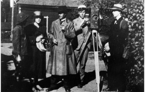 Elokuvan tekijöitä: Jorma Vaajakallio (vas.), Lisi Carén, Teuvo Pakkala ja Erkki Pakkala. Oikealla tunnistamaton henkilö. (Kuva teoksesta Teuvo Pakkala Kirjeet 1882-1925)