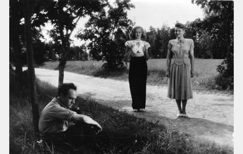 Seisomassa rouva Inga Silver (Ritva Arvelo) ja tohtorinna Mirjam Rantala (Ghedi Lönnberg), istumassa kirjailija Martti Kaski (Rauli Tuomi).
