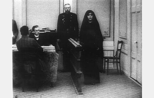 Sylvi (Aili Rosvall) oikeudenistunnossa.
