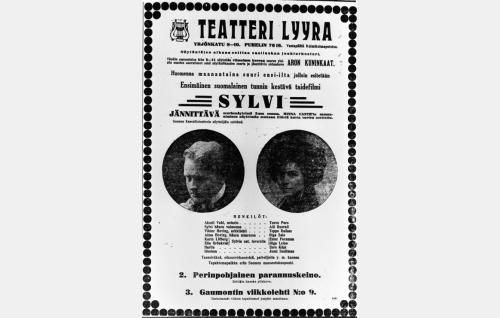 Helsinki näki <i>Sylvin</i> kolmantena kaupunkina Viipurin ja Turun jälkeen. Teatteri Lyyran ensi-ilmoitus Uudessa Suomettaressa 9.3.1913.