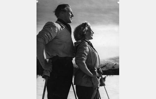 Insinööri Sarkonen (Kullervo Kalske) ja Maire Lehtinen (Helena Kara).