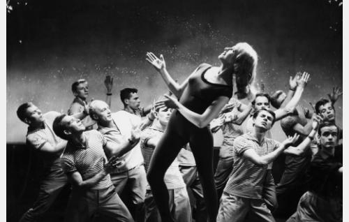 Irmeli Backman tanssi Living Doll -kappaleen tahtiin.