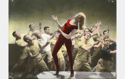 Irmeli Backman tanssi Living Doll -kappaleen tahtiin. Väritetty kuva.