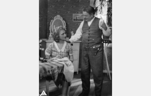Kosken Kustaa (Hemmo Kallio) ja hänen silmäteränsä Leena-tytär (Helena Koskinen).