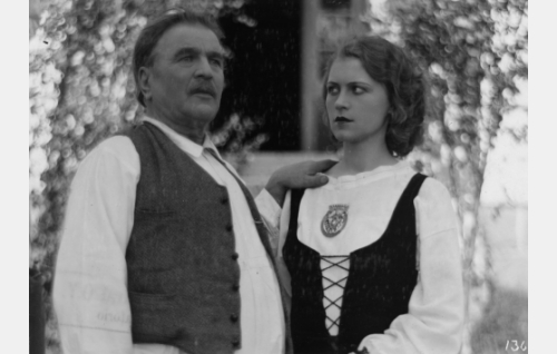 Kustaa Koski, Leenan isä (Hemmo Kallio), Kosken Leena (Helena Koskinen)