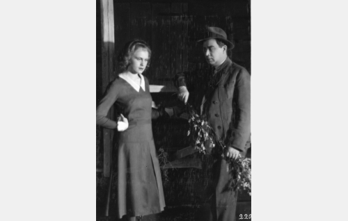 Kosken Leena (Helena Koskinen), Mikkolan Eetu (Aku Käyhkö)