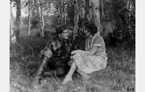 Erkki (Urho Somersalmi), Kosken Leena (Helena Koskinen)