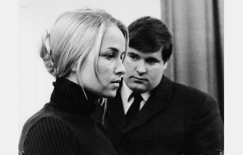 """Helinä Lehmusto, """"rouva 21"""" (Eija Pokkinen) ja nuori sosiologi, """"Sam Tietäväinen"""" (Matti Siitonen)."""